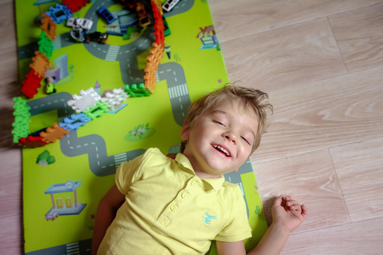 enfant rit en jouant