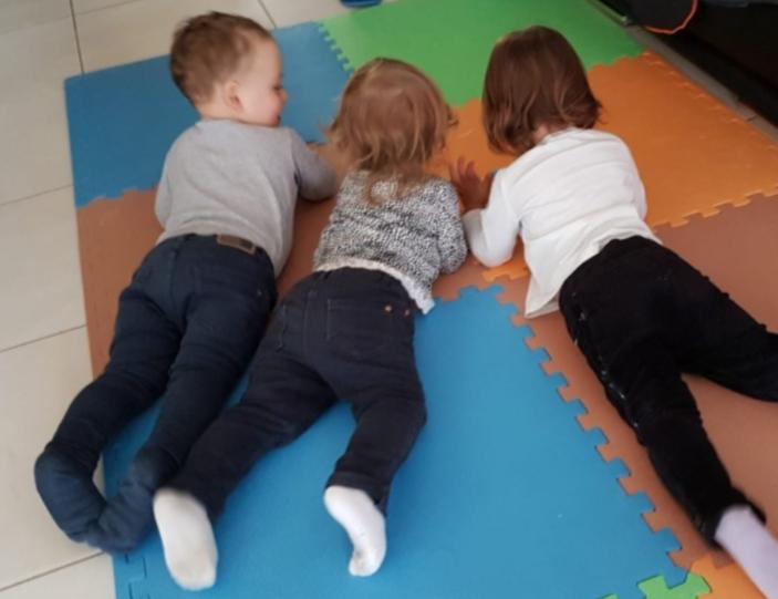 enfants sur un tapis