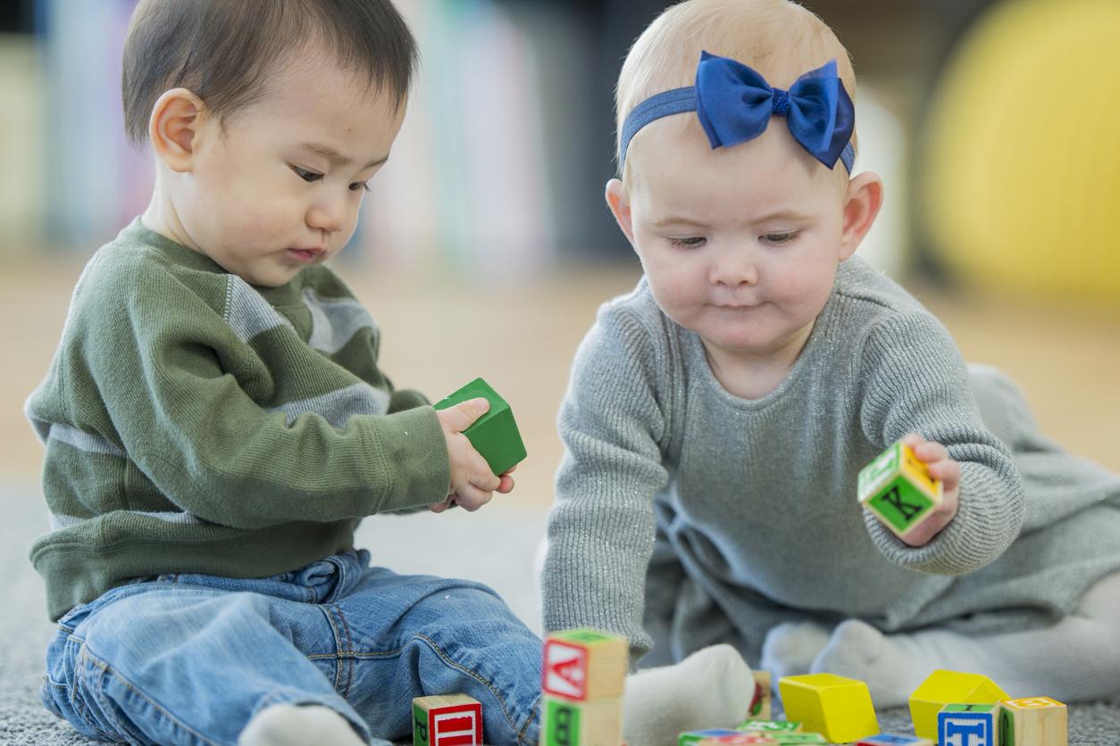 petits enfants qui jouent