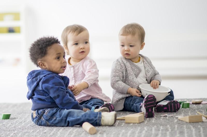 bébés  jouent dans lieu d