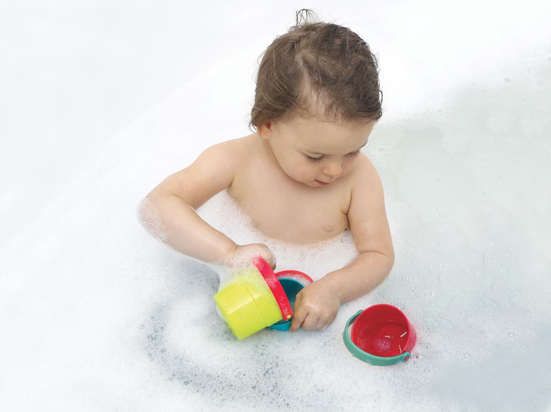 enfants joue avec jeu gigogne dans son bain