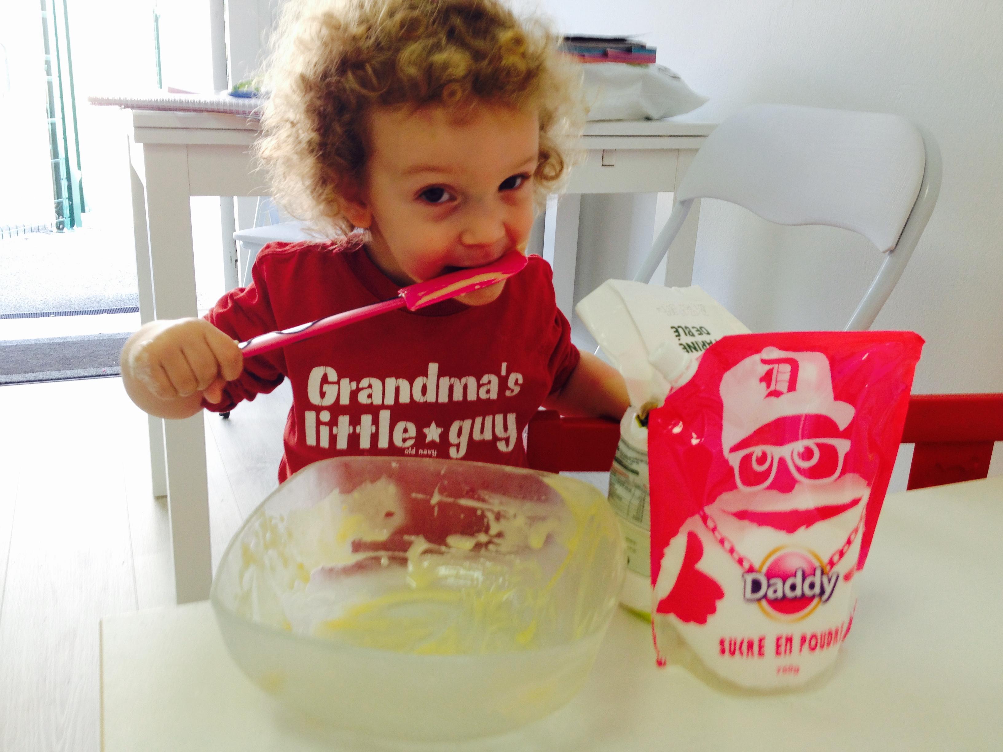 Enfant qui fait un gâteau à la MAM Les ptites bulles