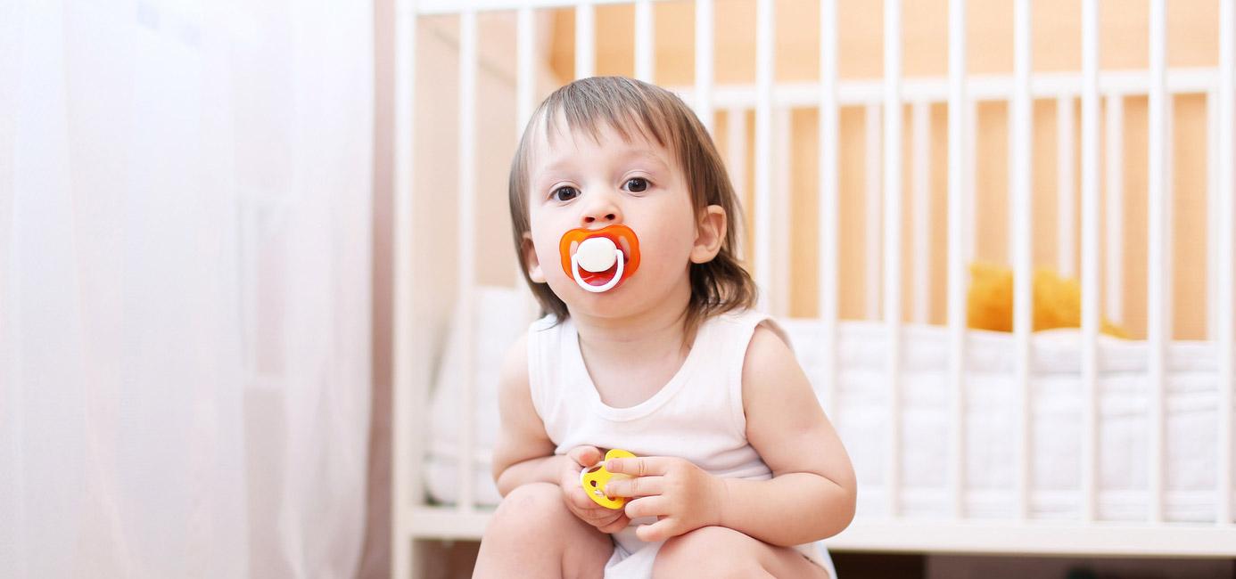 enfant avec tétine dans la bouche