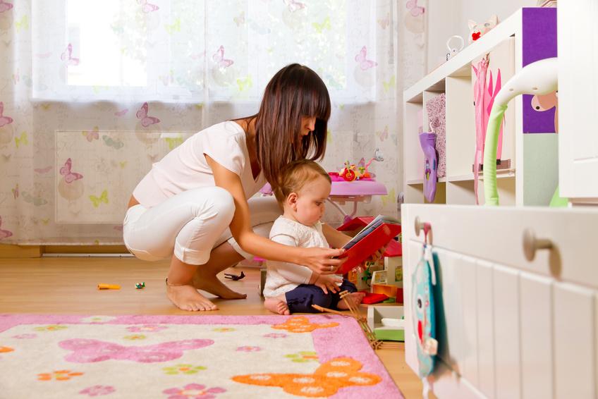 assistante maternelle et un bébé