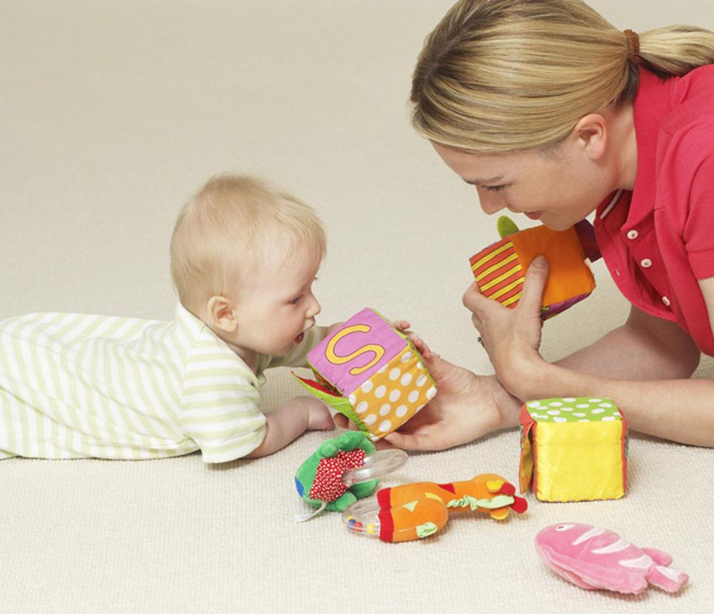 Educateur de jeune enfant avec bébé