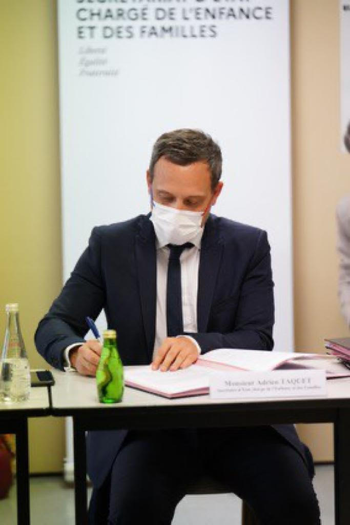 Adrien Taquet lors de la signature de l