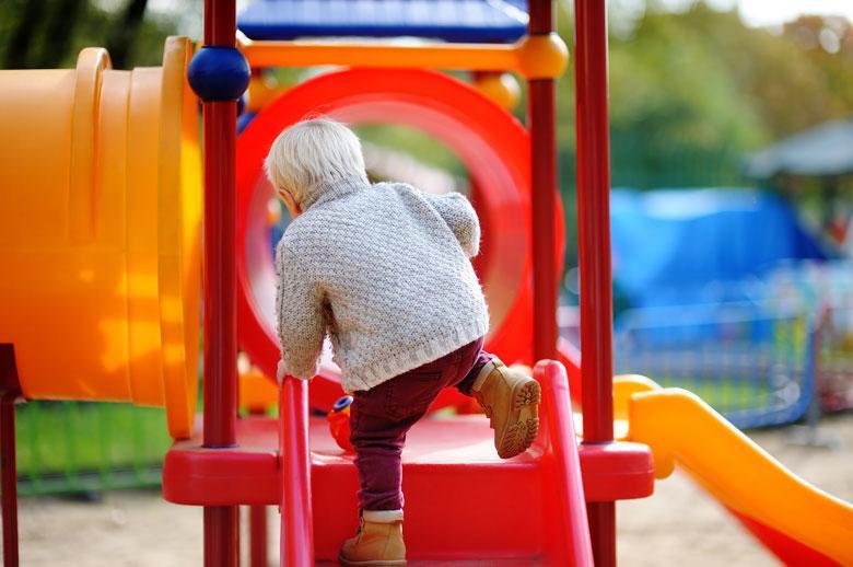jeune enfant sur aire de jeux