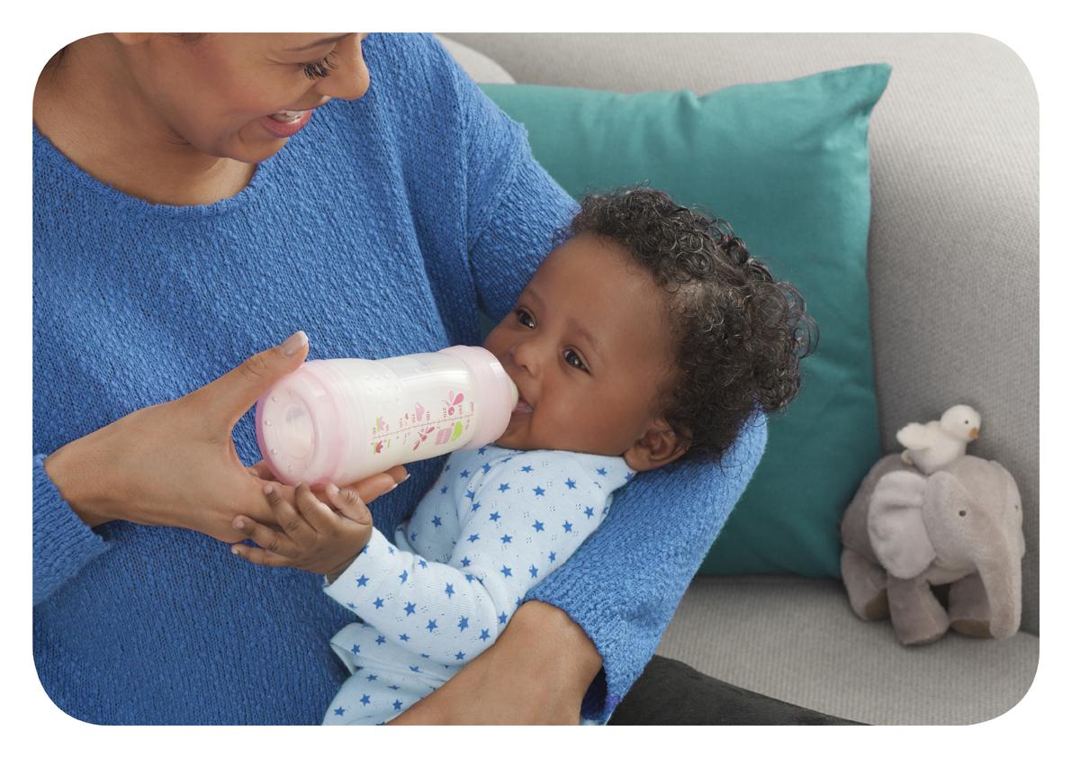 bébé avec le biberon anti-coliques MAM