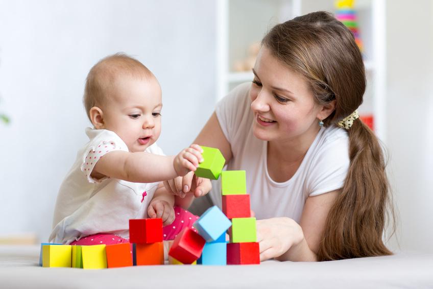 assistante maternelle joue avec bébé