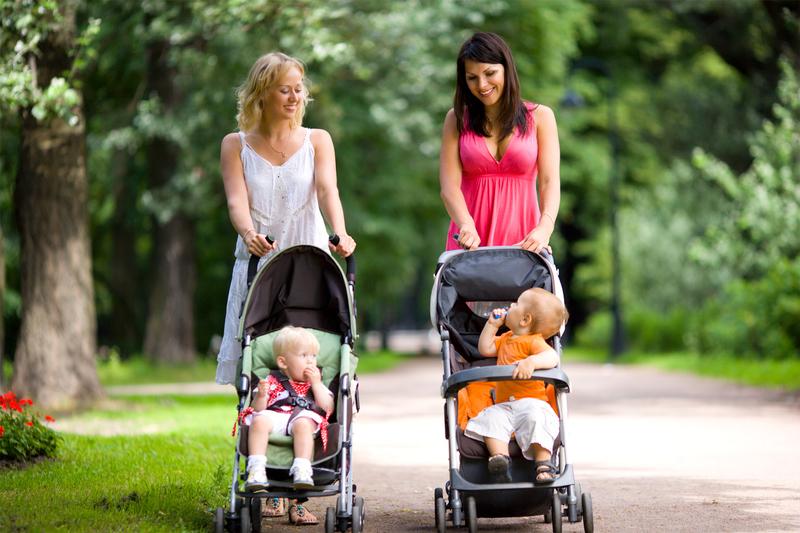 assistantes maternelles proménent enfants
