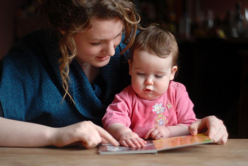femme assistante maternelle avec bébé