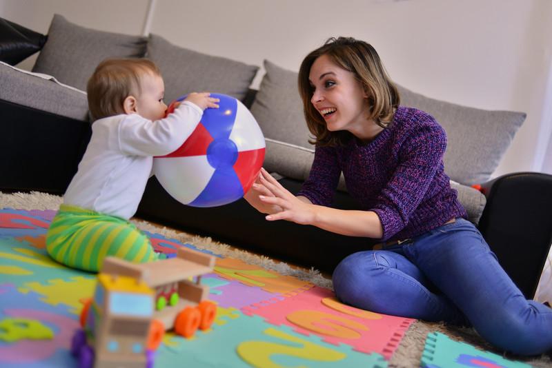 assistante maternelle joue avec enfant