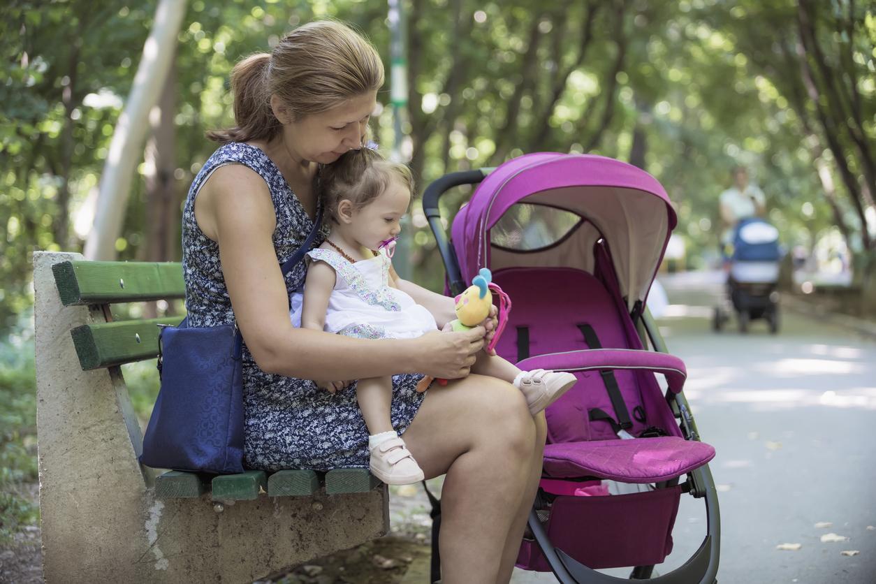assistante maternelle avec une petite fille au parc