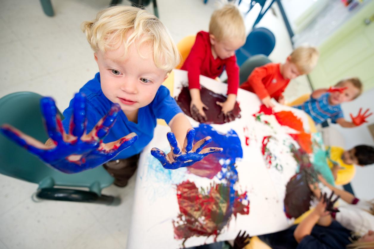 enfants à la crèche peinture