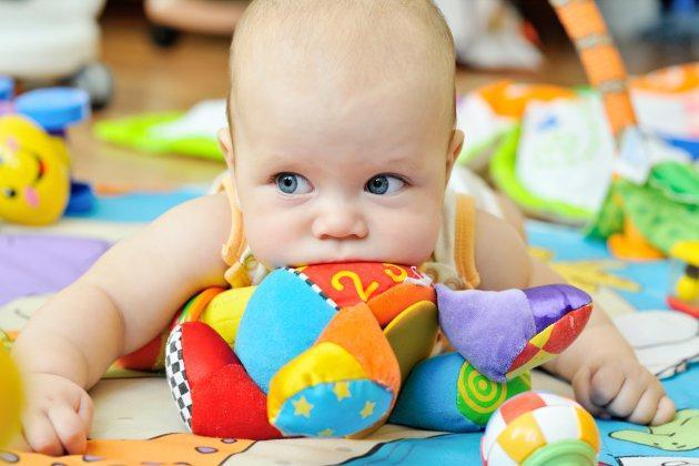 bébé sur un tapis d