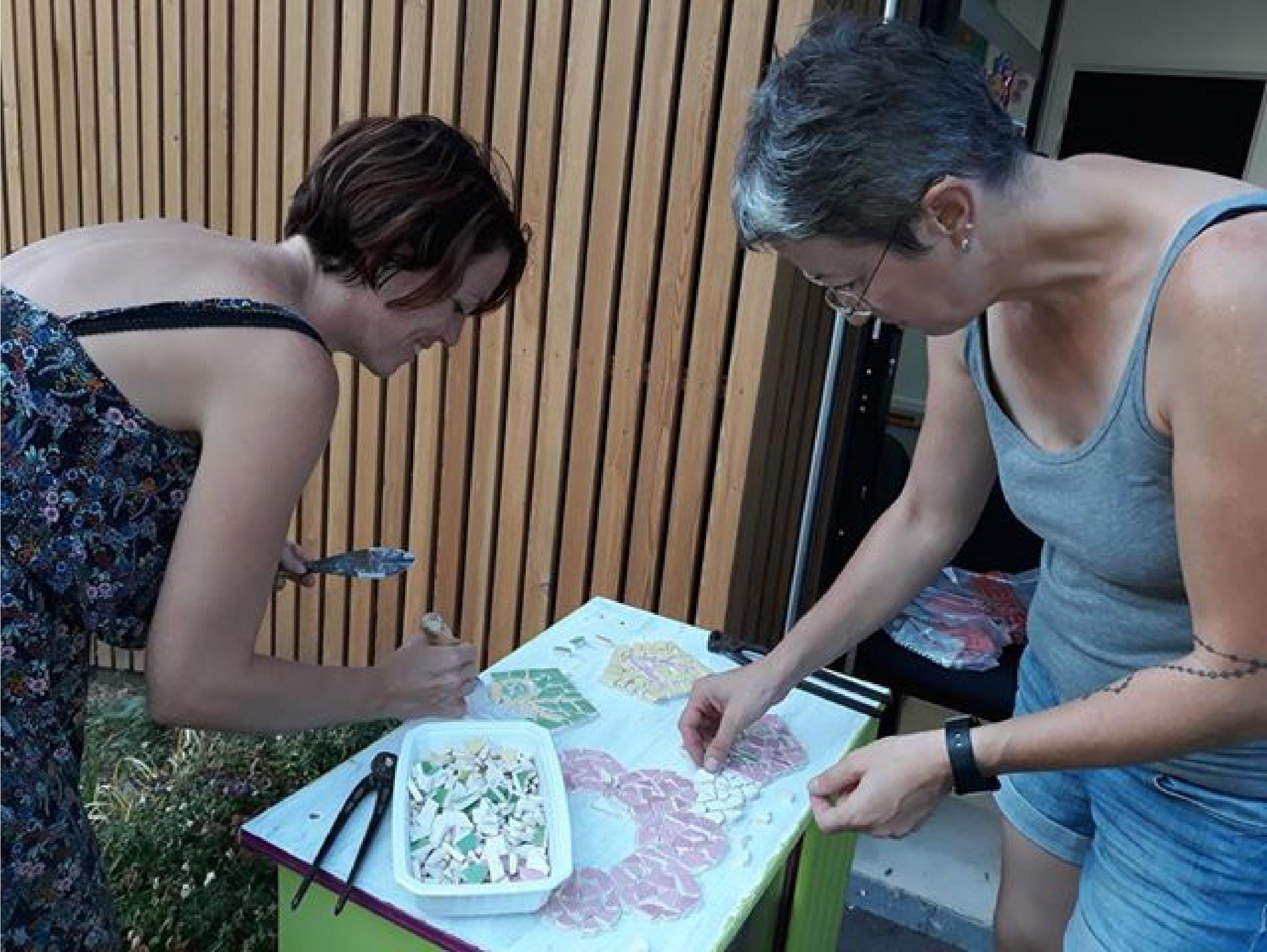 Les assistantes maternelles créent des décors avec du carrelage