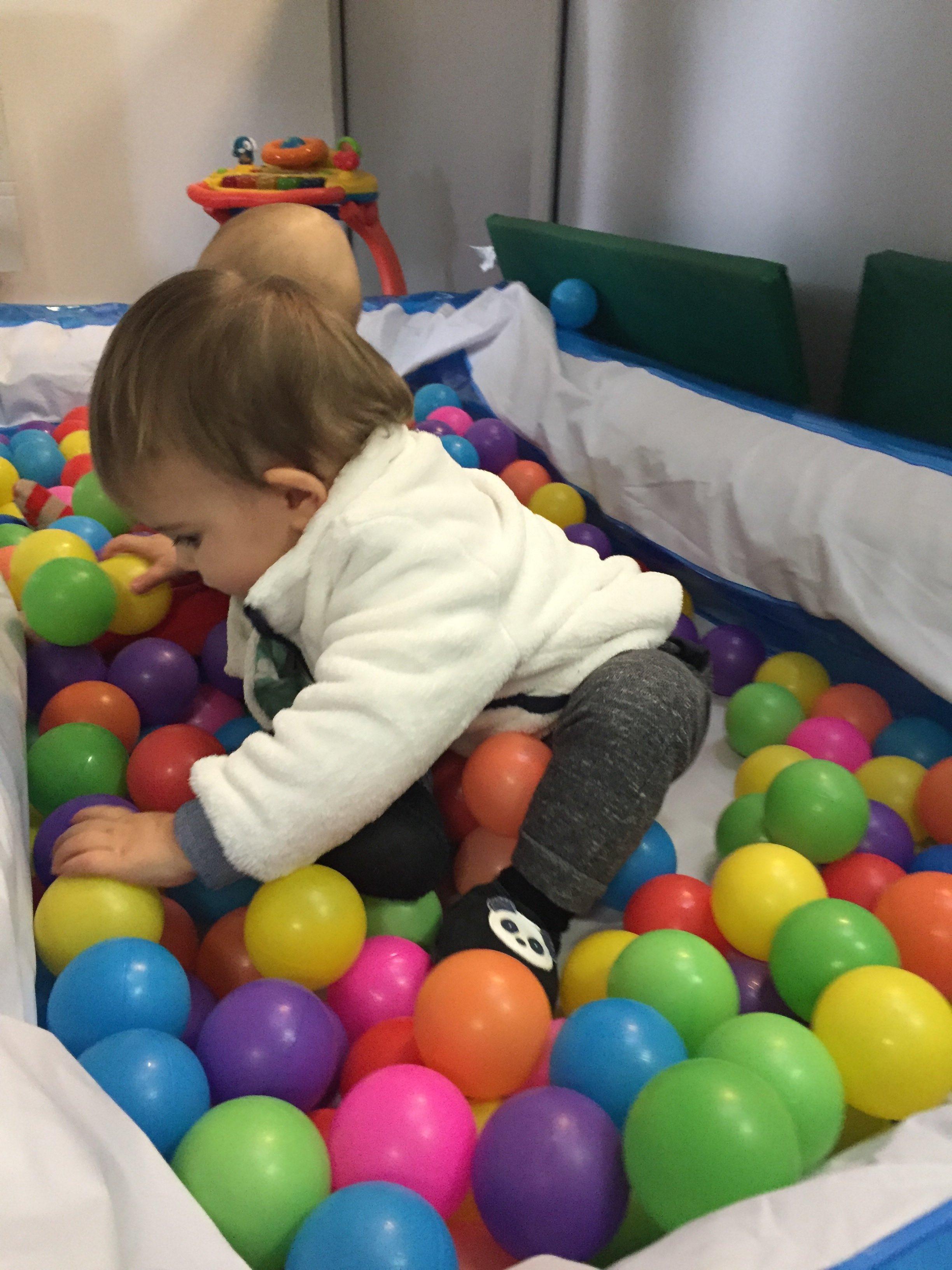 Bébé jouant dans une MAM