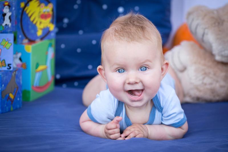 bébé à plat ventre dans lieu d