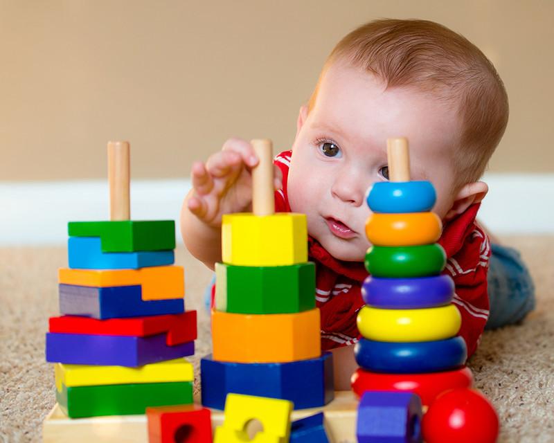 bébé joue avec pyramides