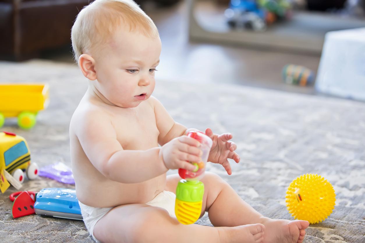 bébé joue avec hochet