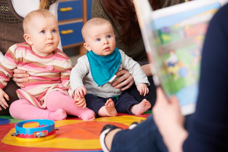 bébés et professionnels de la petite enfance