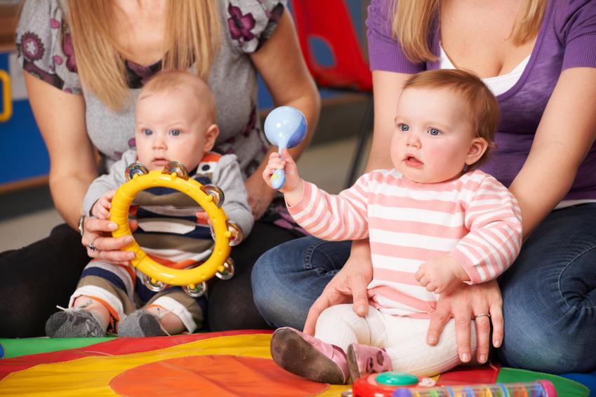 bébés qui font de la musique