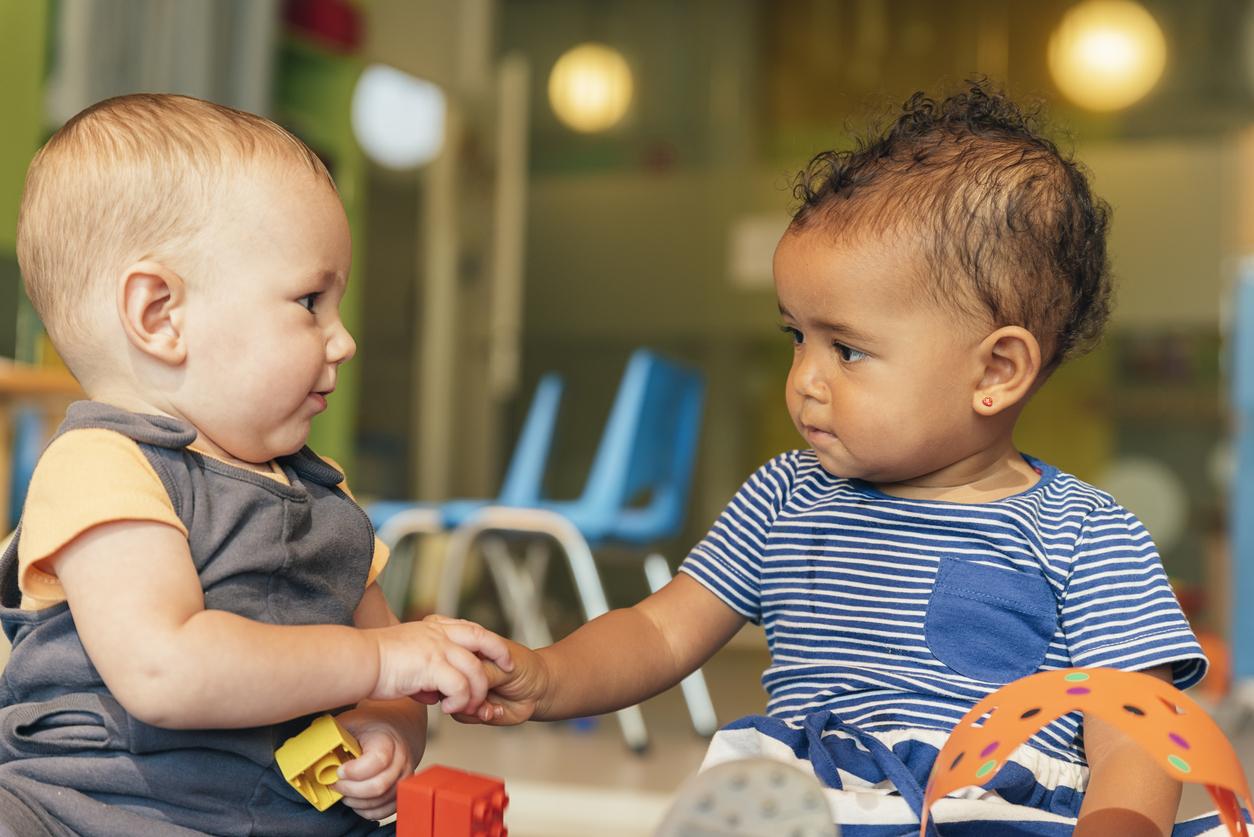 bébés qui jouent ensemble