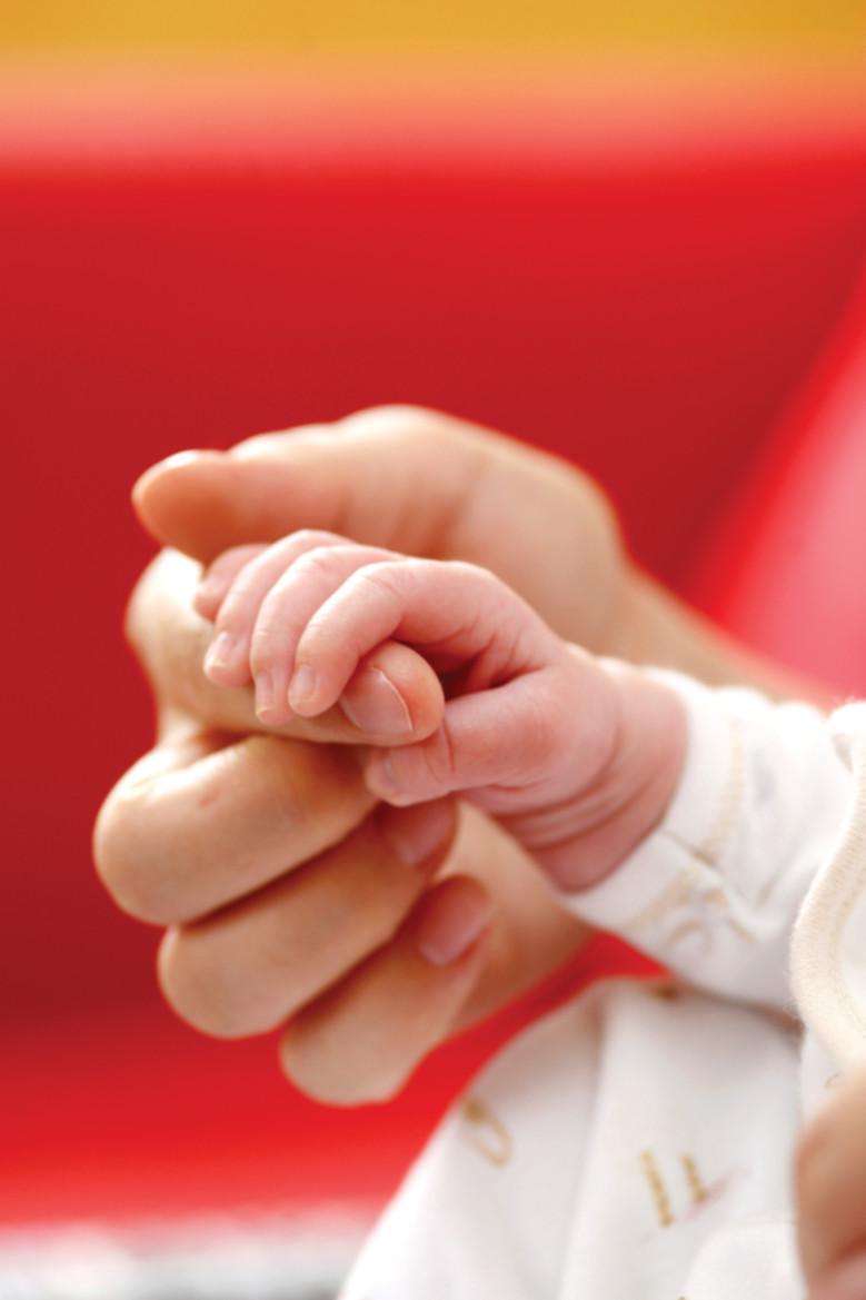 Bébé main dans la main