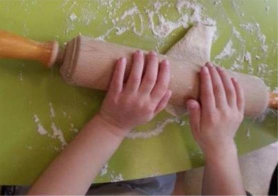 enfant qui étale de la pâte