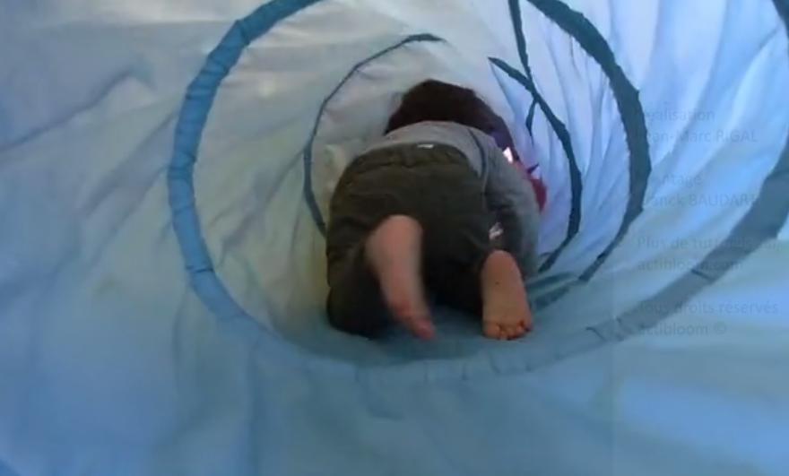 enfant dans un tunnel