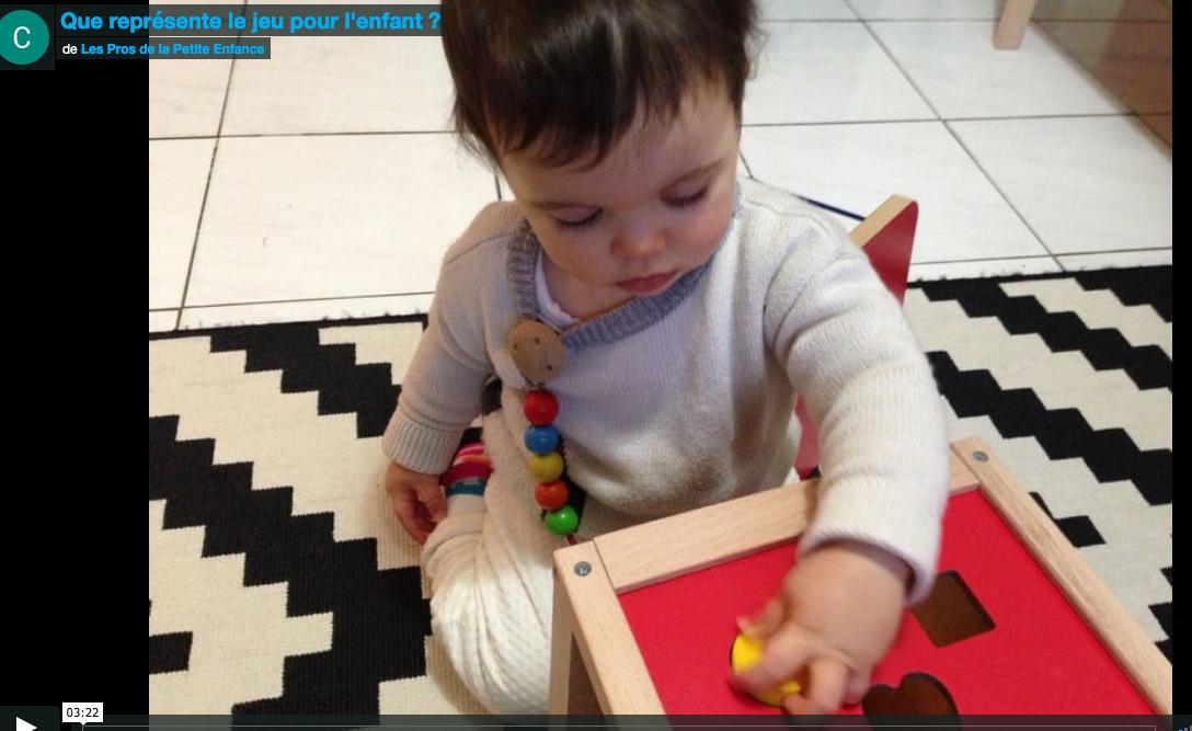 enfant jouant boite à formes