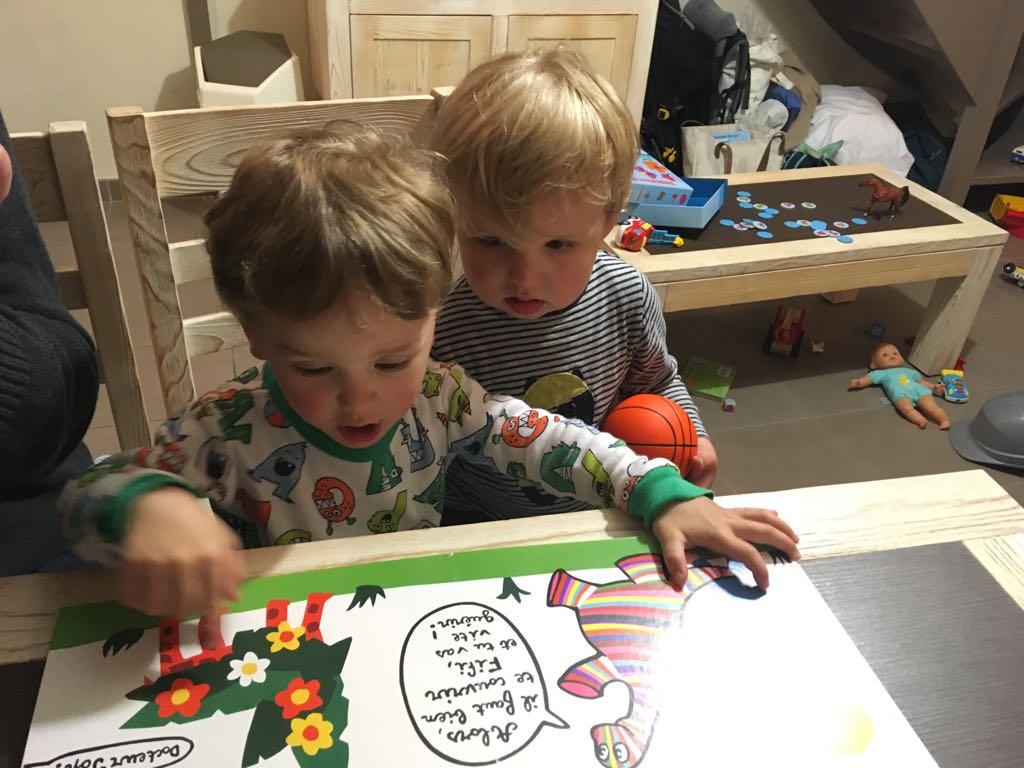 deux enfants jouent