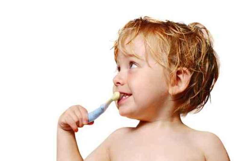 enfant se lave les dents