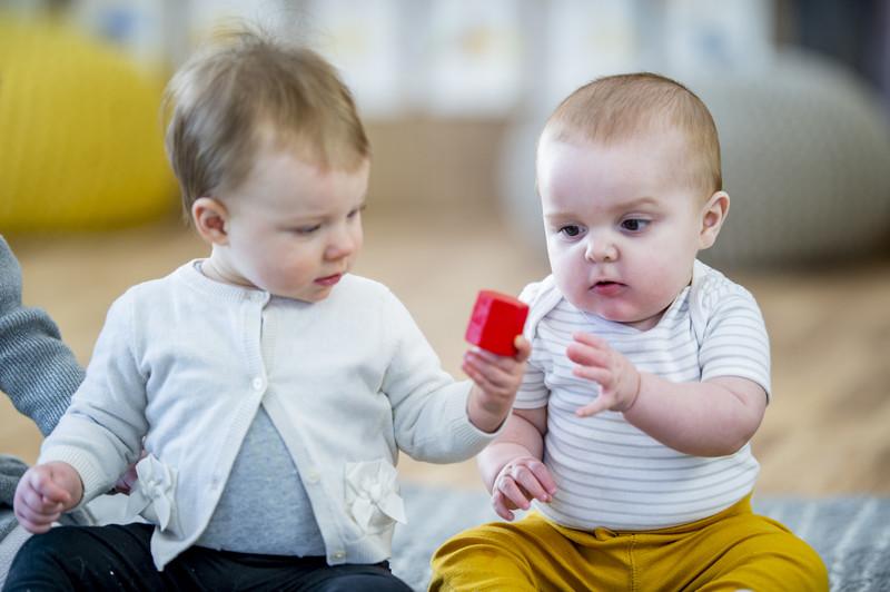 deux bebes à la crèche