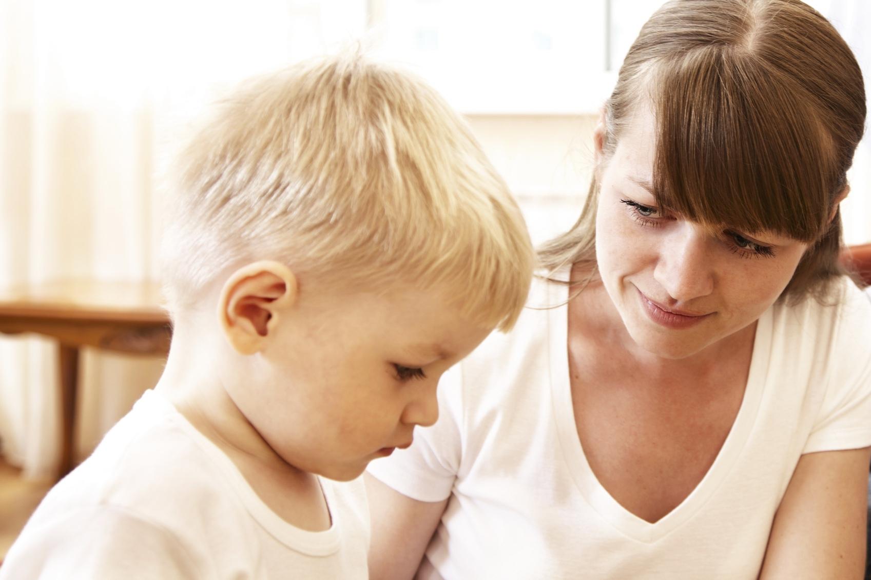 Dialogue entre un enfant et une femme