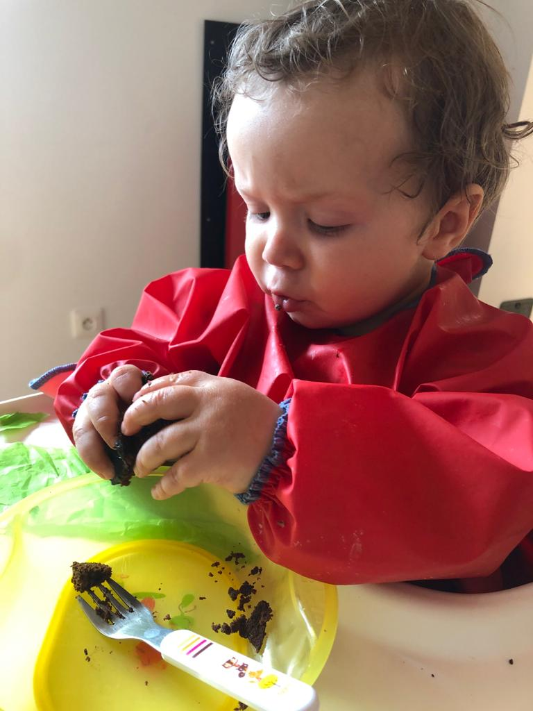 bébé en DME avec gateau au chocolat