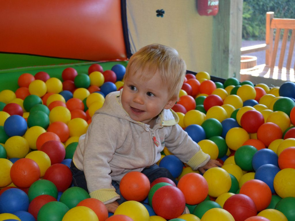 enfant joue dans piscine à balles