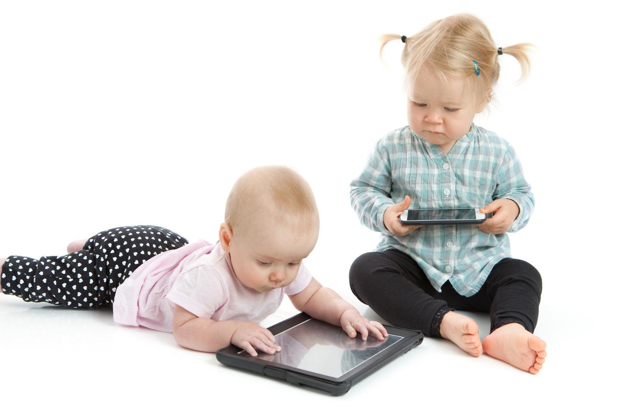 enfants devant des écrans