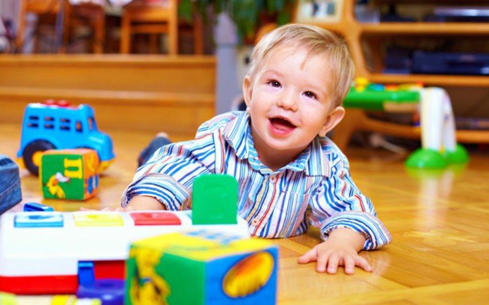 enfant jouant librement