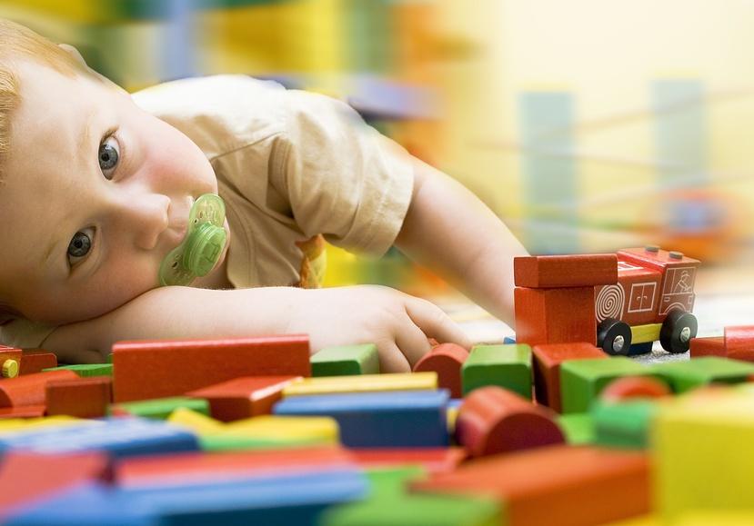 enfant joue avec voiture