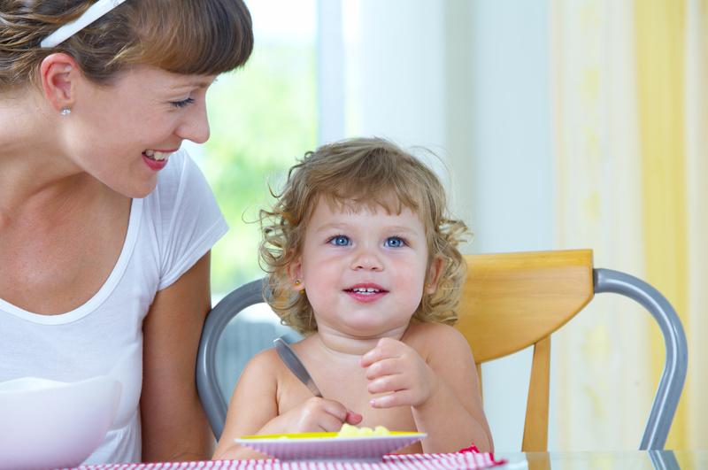 femme donne à manger à jeune enfant