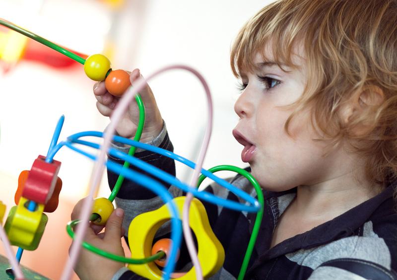 Un enfant joue avec un boulier