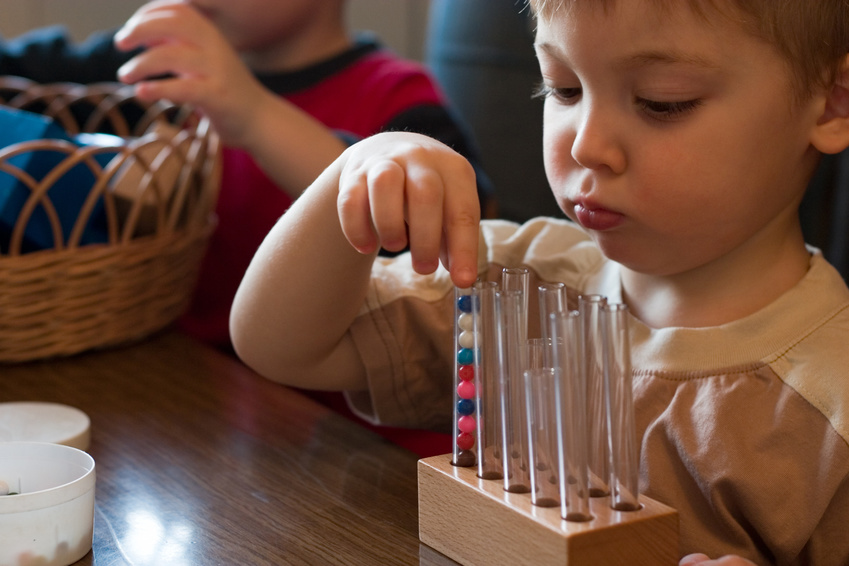 Pédagogie Montessori , enfantjexperimente