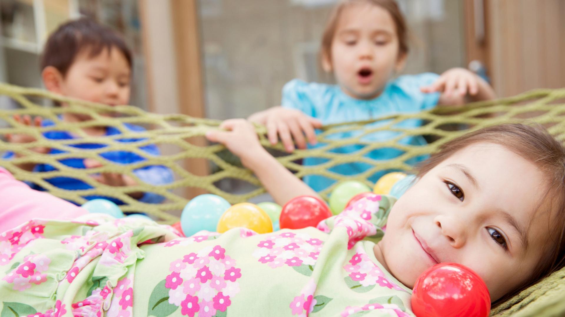 jeunes enfants qui jouent