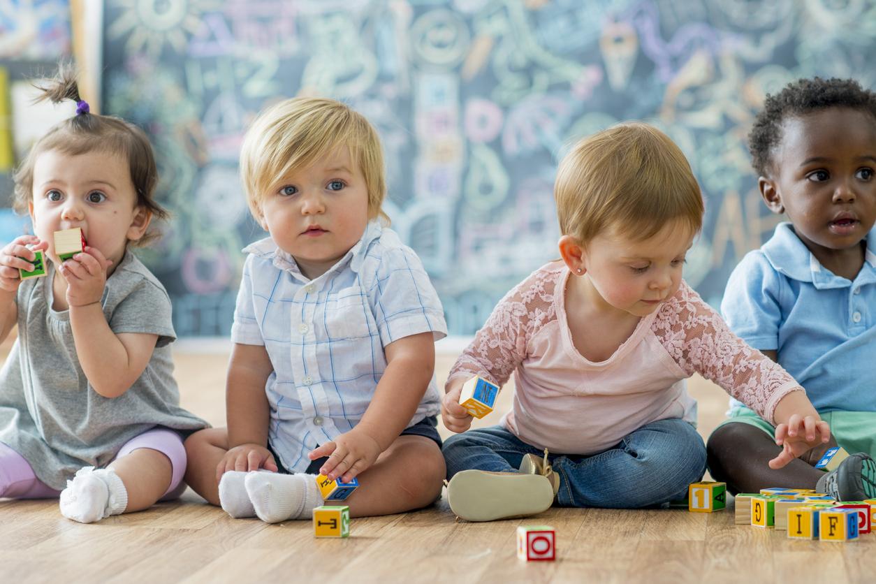 jeunes enfants assis
