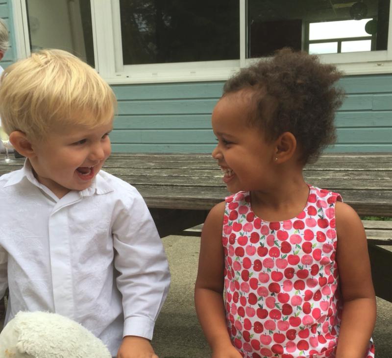 deux enfants blonds et metis