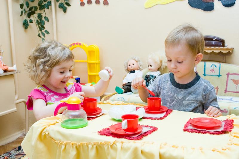 Enfants jeu dînette