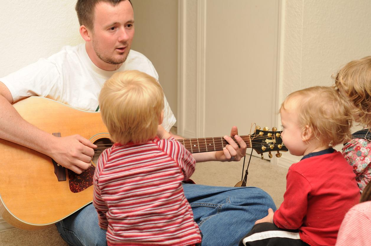 musicien et tout-petits
