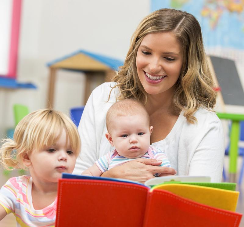 femme lit livre enfants
