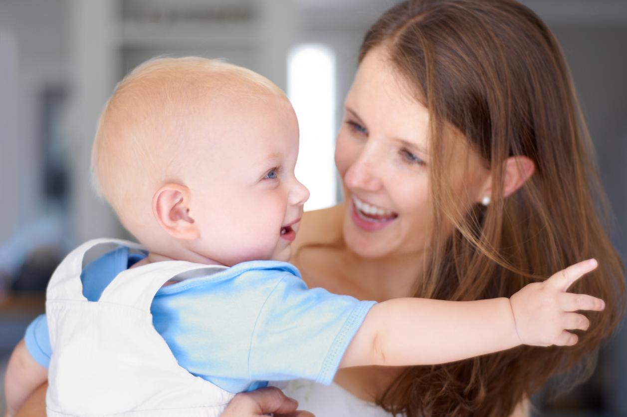 professionnelle qui porte un bébé